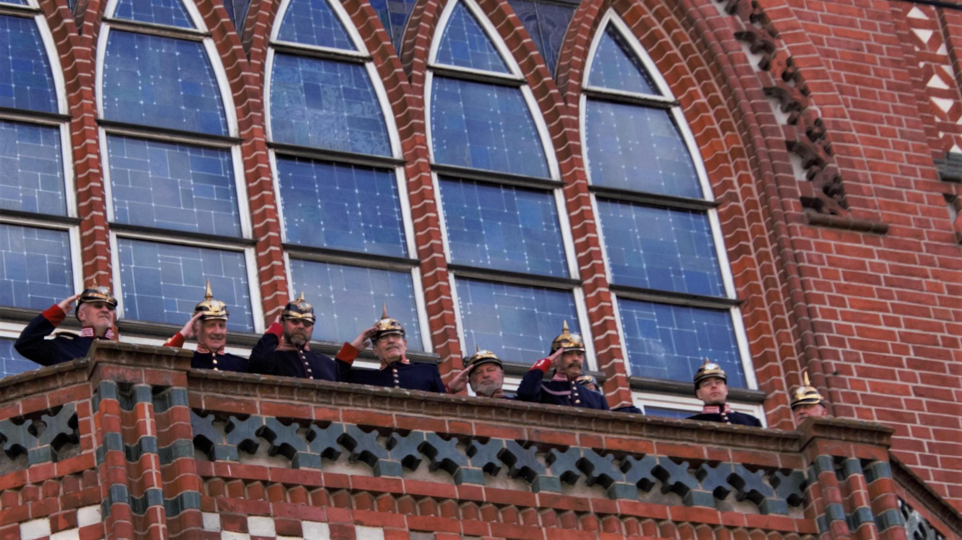 Die Hauptmanngarde hat das Rathaus besetzt.